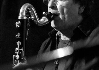 Udo Schindler spielt auf einer Kontrabaßklarinette